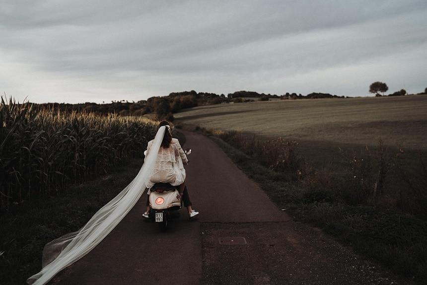 Sparkling Bali Night - Brautpaar fährt auf Roller