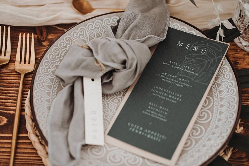 Sparkling Bali Night - Hochzeit Papeterie Menü auf grauem Teller und goldenem Besteck