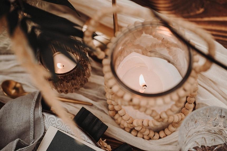 Sparkling Bali Night - Tischdekoration mit Windlicht und Holzperlenkette