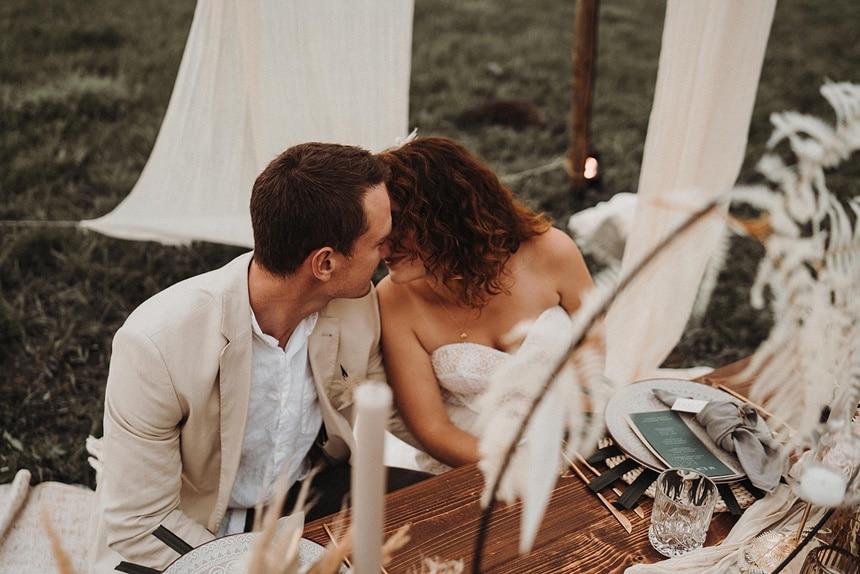 Sparkling Bali Night - Brautpaar am gedeckten Tisch mit Tischdeko