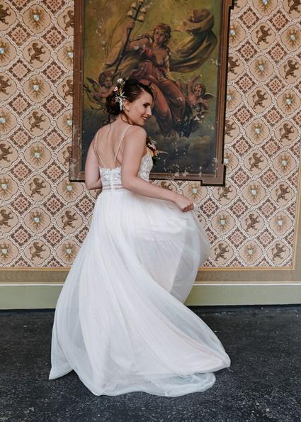 Autumn Colors tanzende Braut vor strukturierter Tapete
