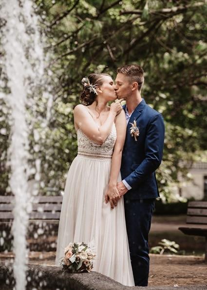 Autumn Colors küssendes Brautpaar