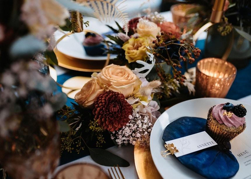 Autumn Colors gedeckter Tisch Tischdeko gold blau