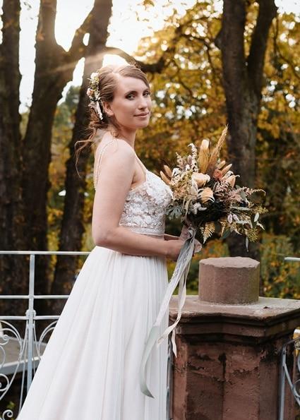 Autumn Colors Braut mit Brautkleid und Brautstrauß