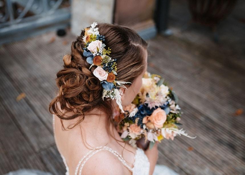 Autumn Colors Brautfrisur mit Brautstrauß und Flower Crown