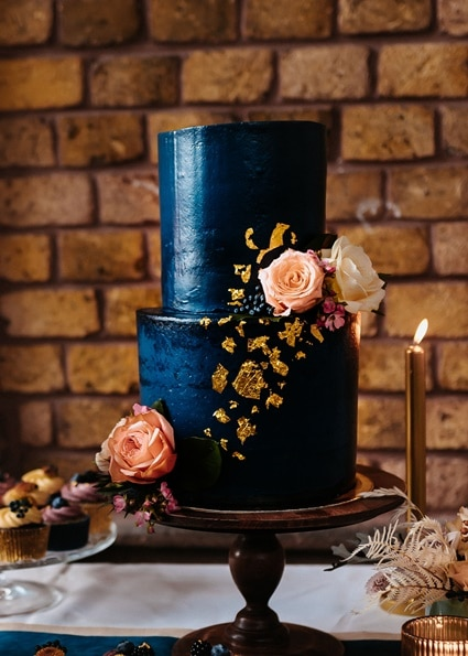 Autumn Colors blaue Hochzeitstorte mit Echtblumen