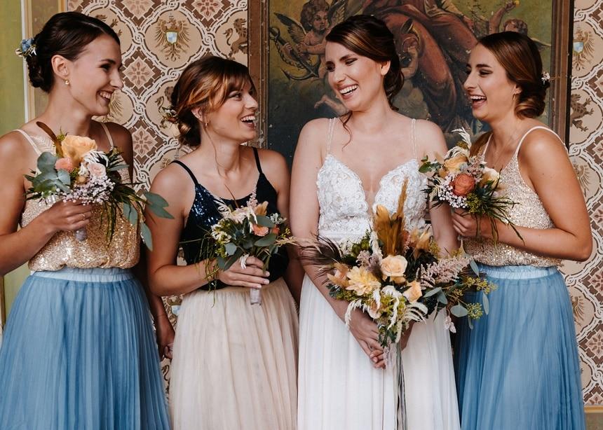 Autumn Colors Braut mit Bridesmaid blauer Tüllrock gold