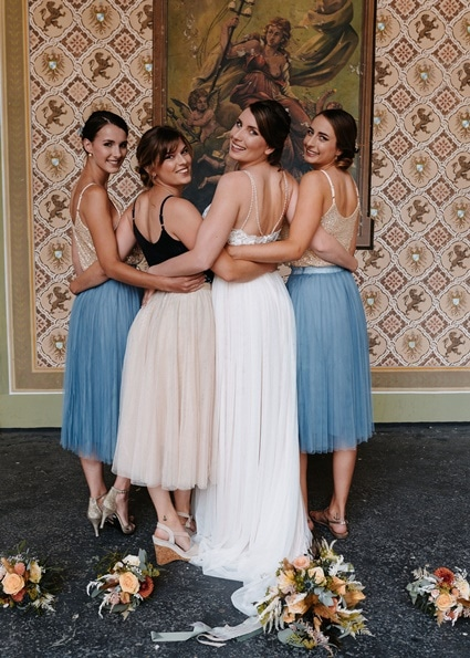 Autumn Colors Braut mit Bridesmaid Rücken blau Tüllrock