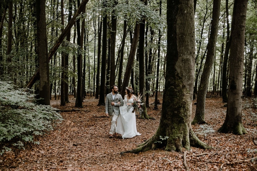 Italian Wedding Vibes Brautpaar im Wald