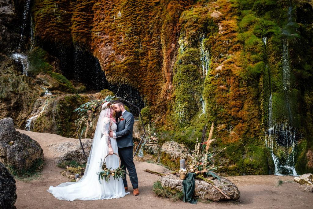 Wasserfall Boho Waldhochzeit in gold und grün