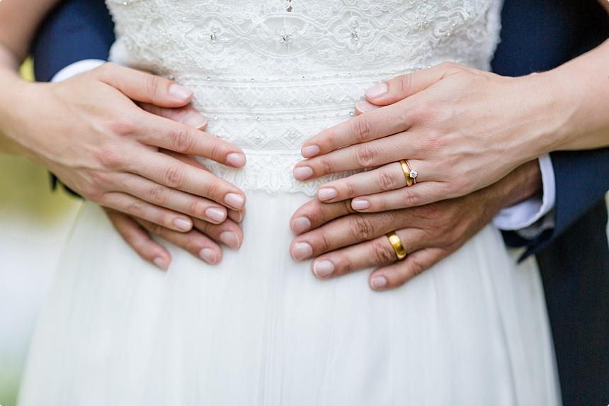nachhaltige DIY Gartenhochzeit Brautkleid Eheringe
