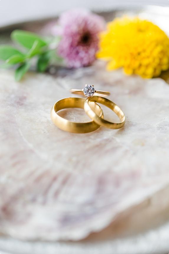 nachhaltige DIY Gartenhochzeit Eheringe und Vorsteckring gold