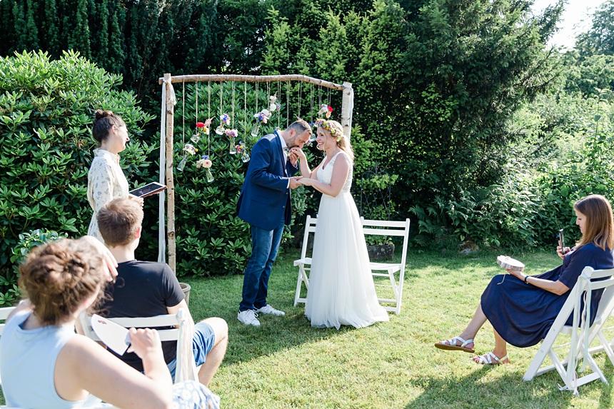 nachhaltige DIY Gartenhochzeit Brautpaar freie Trauung