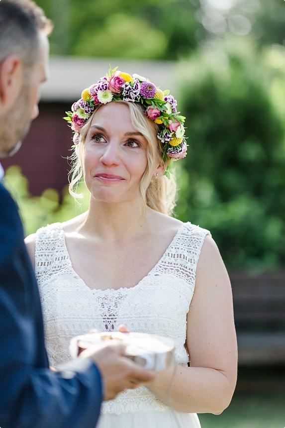 nachhaltige DIY Gartenhochzeit Braut mit Flower Crown