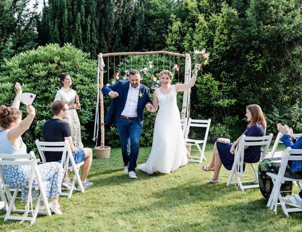 nachhaltige DIY Gartenhochzeit Auszug Brautpaar