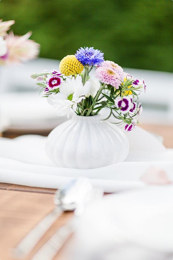 nachhaltige DIY Gartenhochzeit Tischdeko Blumen